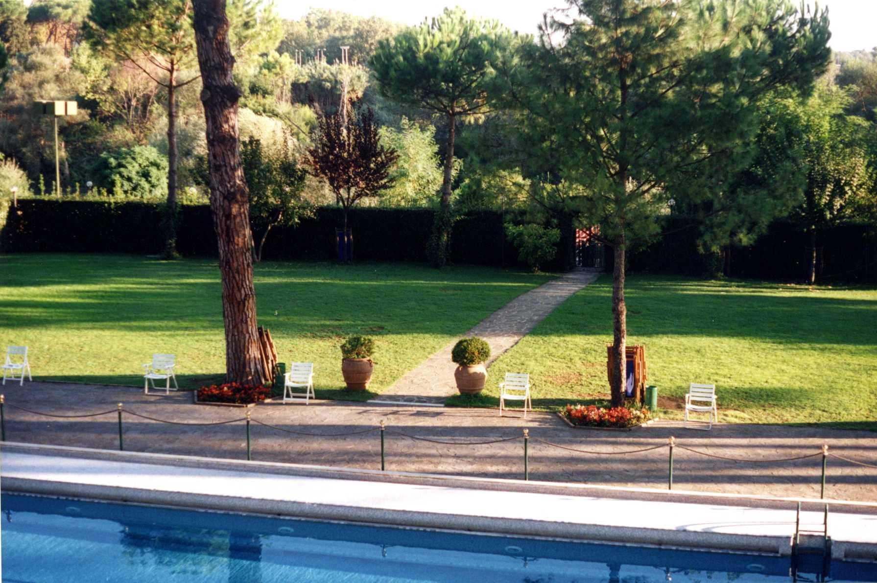 Giardino con piscina cleaneco service - Giardino con piscina ...